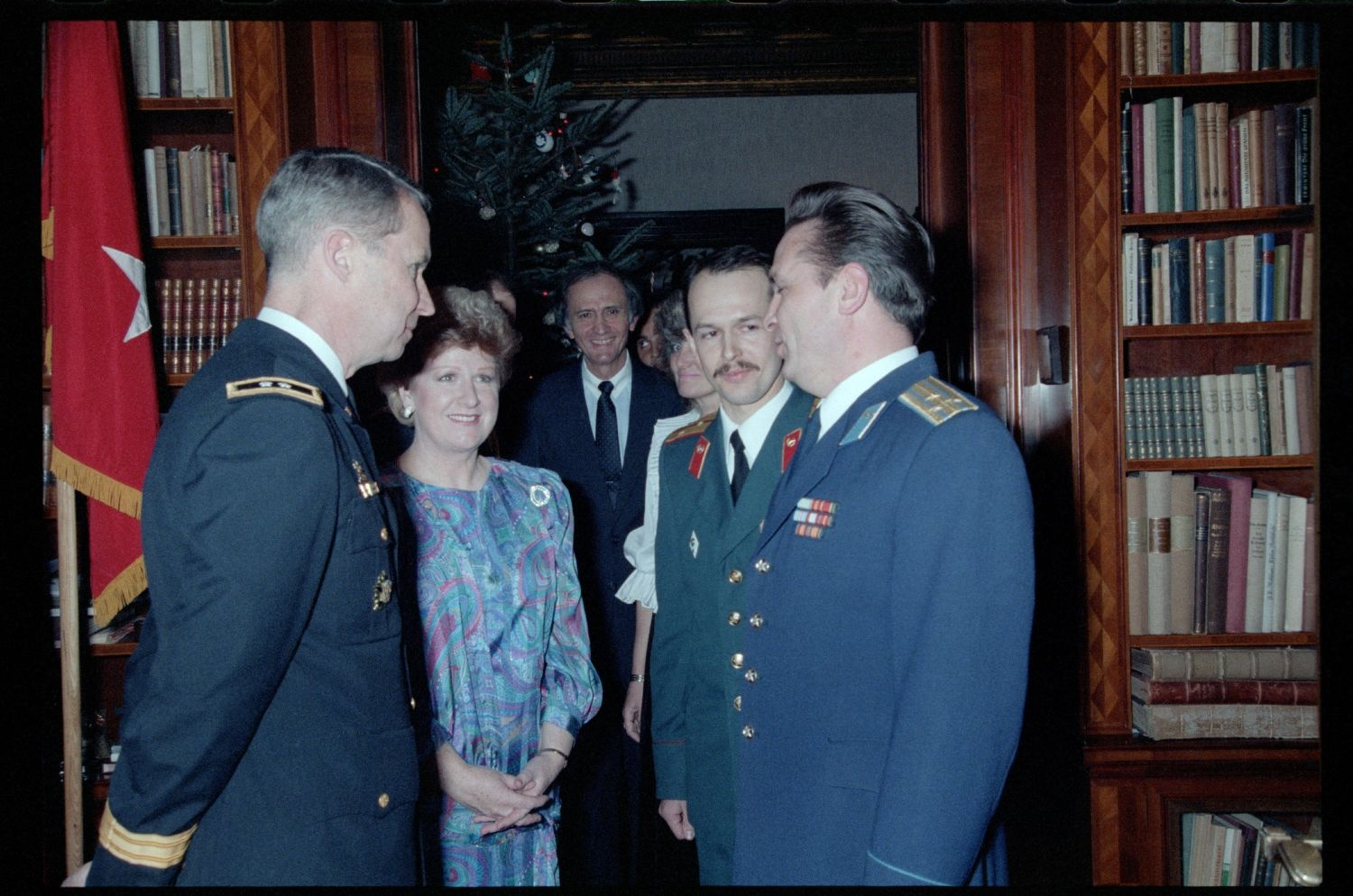 Fotografie: Weihnachtsempfang bei US-Stadtkommandant Major General John H. Mitchell in seiner Residenz in Berlin-Dahlem (AlliiertenMuseum/U.S. Army Photograph Public Domain Mark)