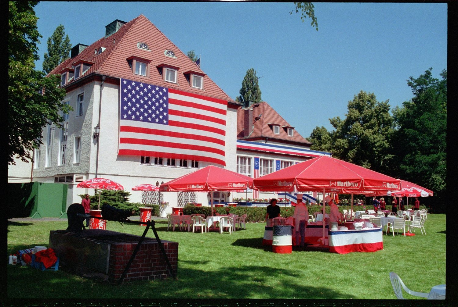 Fotografie: Empfang zum 4th of July im Harnack House in Berlin-Dahlem (AlliiertenMuseum/U.S. Army Photograph Public Domain Mark)