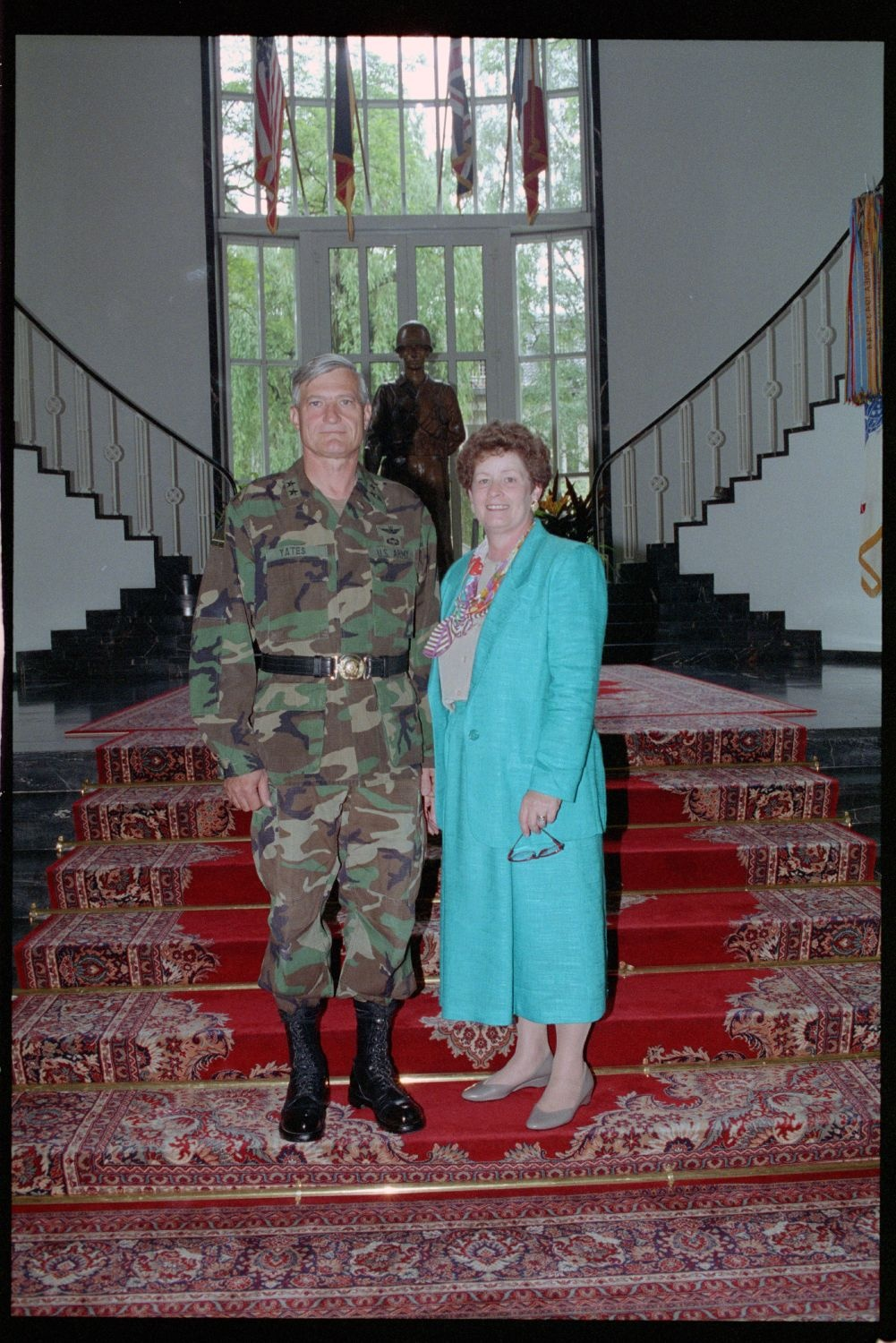 Fotografie: Major General Walter Yates und Ehefrau in den Lucius D. Clay Headquarters in Berlin-Dahlem (AlliiertenMuseum/U.S. Army Photograph Public Domain Mark)