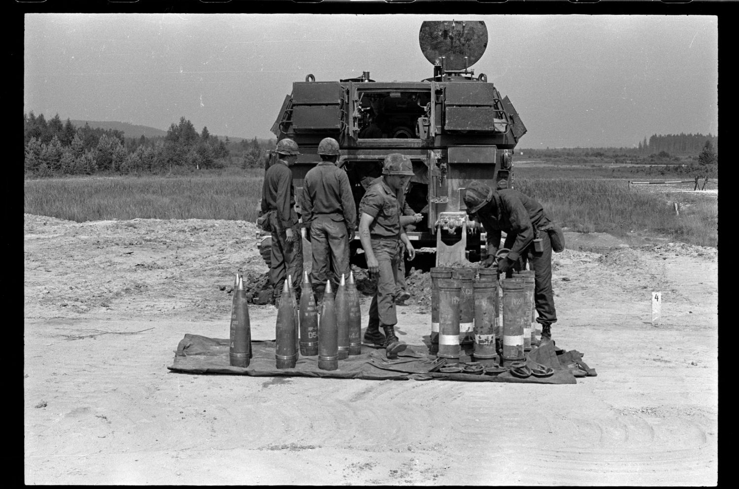 s/w-Fotografie: Übung der C Battery, 94th Field Artillery auf einem Truppenübungsplatz in West-Deutschland (AlliiertenMuseum/U.S. Army Photograph Public Domain Mark)